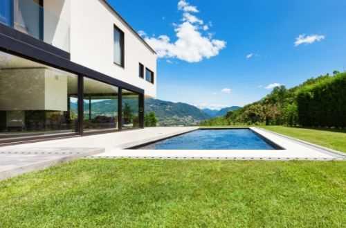 Haus mit Pool Tor offen