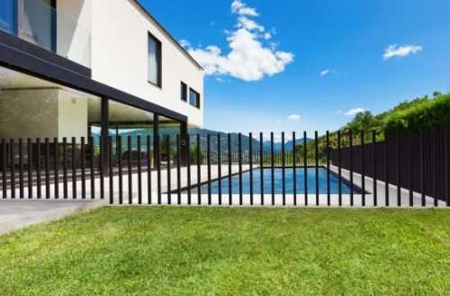 Haus mit Pool Tor geschlossen