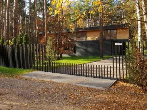 Haus mit Tor in Anin halb offen